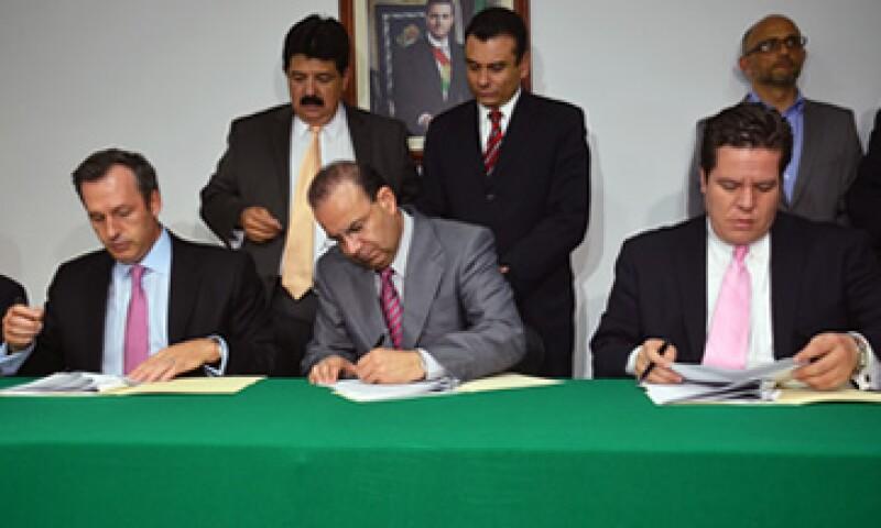 El convenio fue firmado por el director de Aeroméxico, el secretario del Trabajo (centro) y el líder de los sobrecargos.  (Foto: Cortesía de la Secretaría del Trabajo)