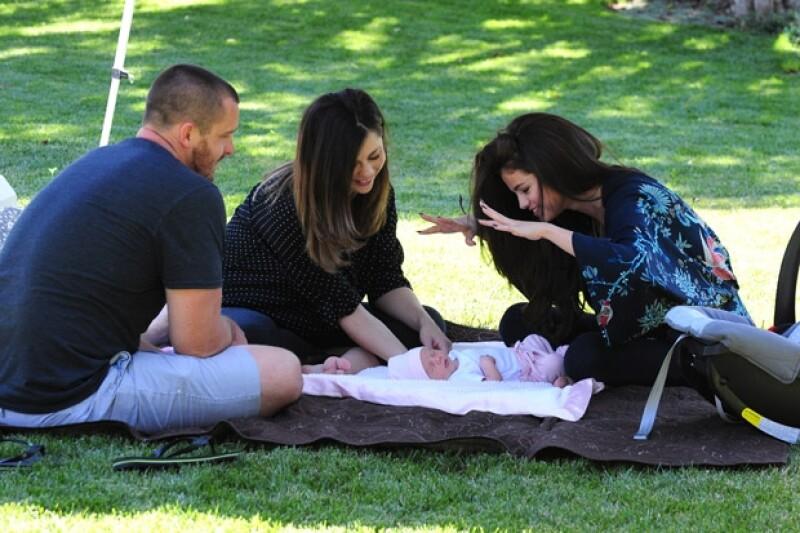 La mamá de Selena y su esposo Brian Teefey visitaron a Selena durante un photo shooting a unas semanas de que Sissy naciera.