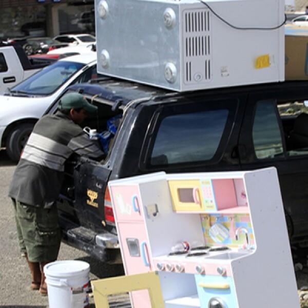 Otros saqueadores abarrotaron sus camionetas con electrodomésticos como televisiones y ventiladores y también con bebidas alcohólicas.