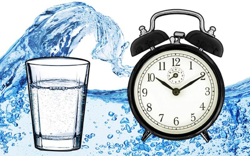 La recomendación de los expertos nos dice que bebamos 2 litros de agua durante el día para mejorar nuestra salud pero pocas veces mencionan que los horarios son BÁSICOS.