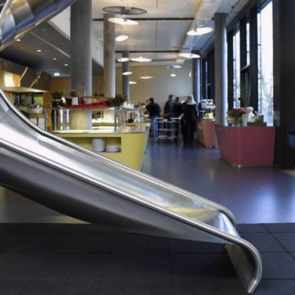 Además, las oficinas suizas tienen un tobogán que se utiliza para bajar de un piso a otro.