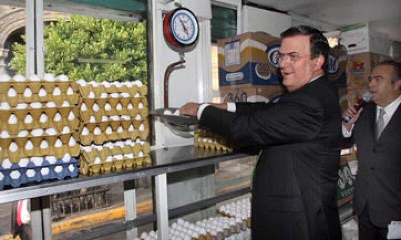 El jefe de Gobierno, Marcelo Ebrard, dio el banderazo de salida al tráiler que venderá el kilo de huevo a 20 pesos. (Foto: Notimex)
