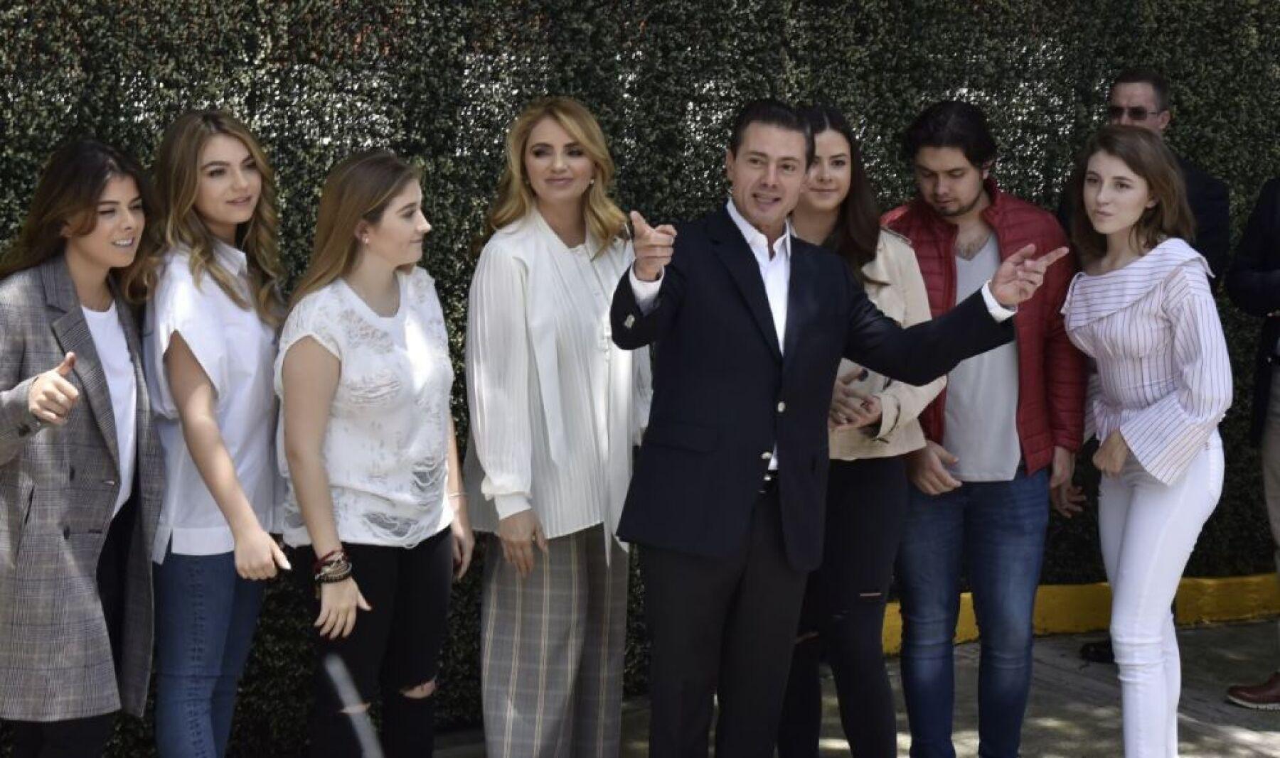 Enrique Peña Nieto y Angélica Rivera con sus hijos 2.jpeg