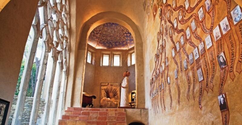 OCHO GENERACIONES. En la entrada de su casa tiene el árbol genealógico de toda su familia. A la izquierda, un arco gótico del siglo XIII.