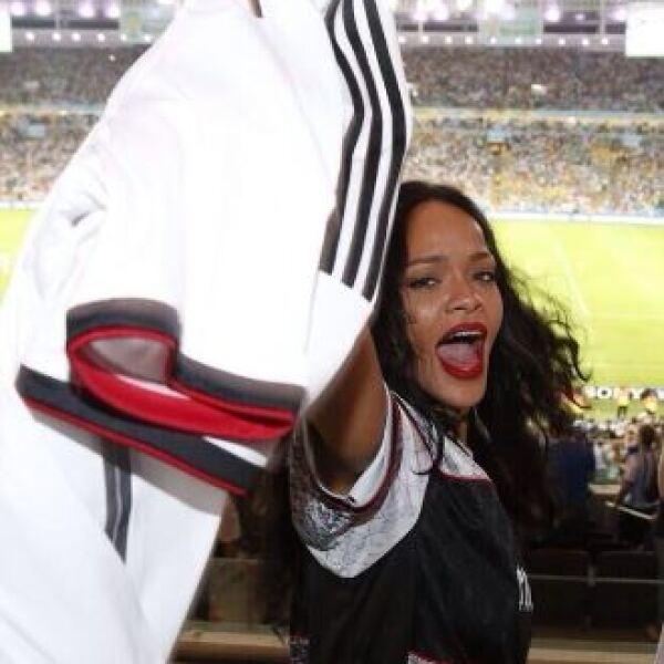 Rihanna presumió orgullosa su regalo.