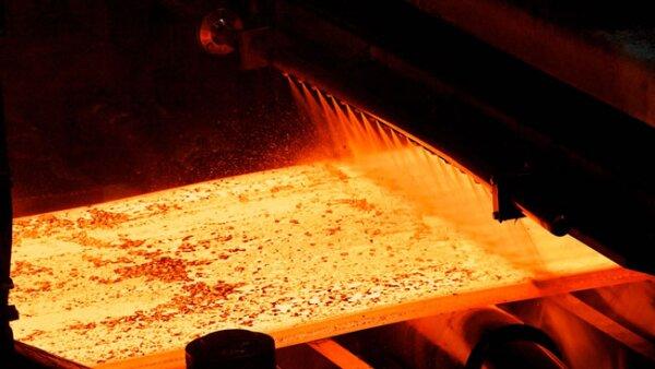 2. En el alto horno se reduce el mineral de hierro a temperaturas de entre 900 y 1,300�C