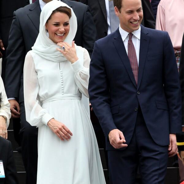 Kate respetó el código de vestimenta en su visita a Malasia con un vaporoso atuendo  que combinó con un velo.