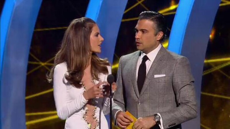 El momento en que Alessandra Ambrosio y Jaime Camil subieron al escenario.