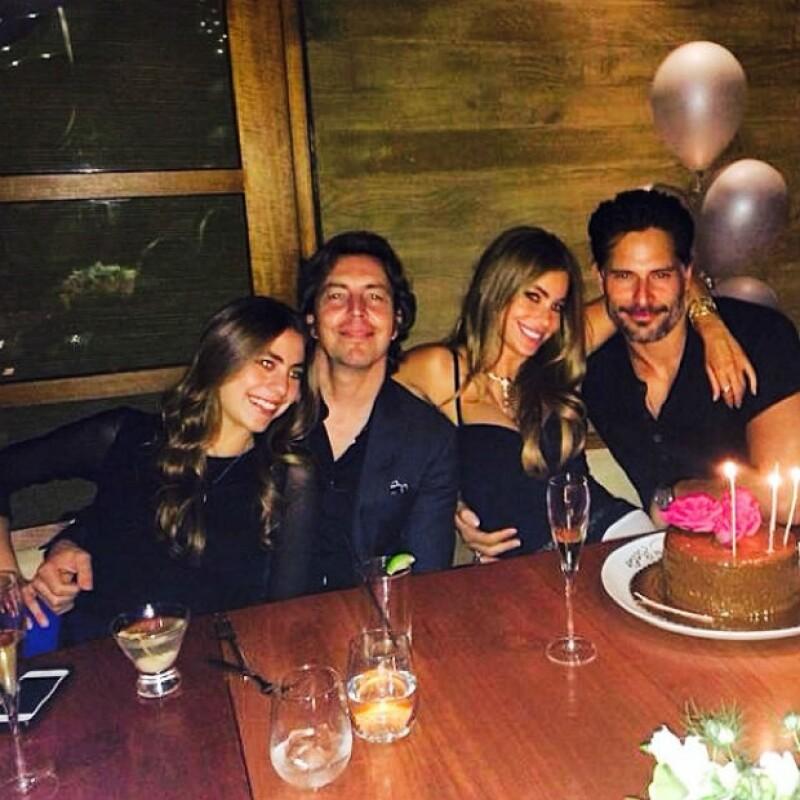 La nueva pareja del mundo del espectáculo aprovechó el festejo de la belleza colombiana para disfrutar su amor en un restaurante en Malibú.