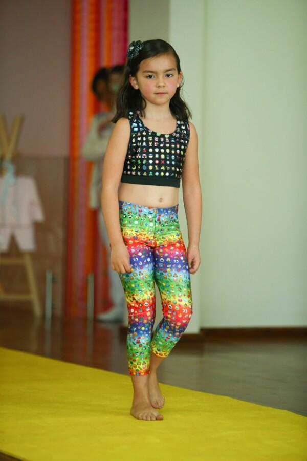 Valentina Gil desfilando unos leggings estampados en el desfile de Colibrí.