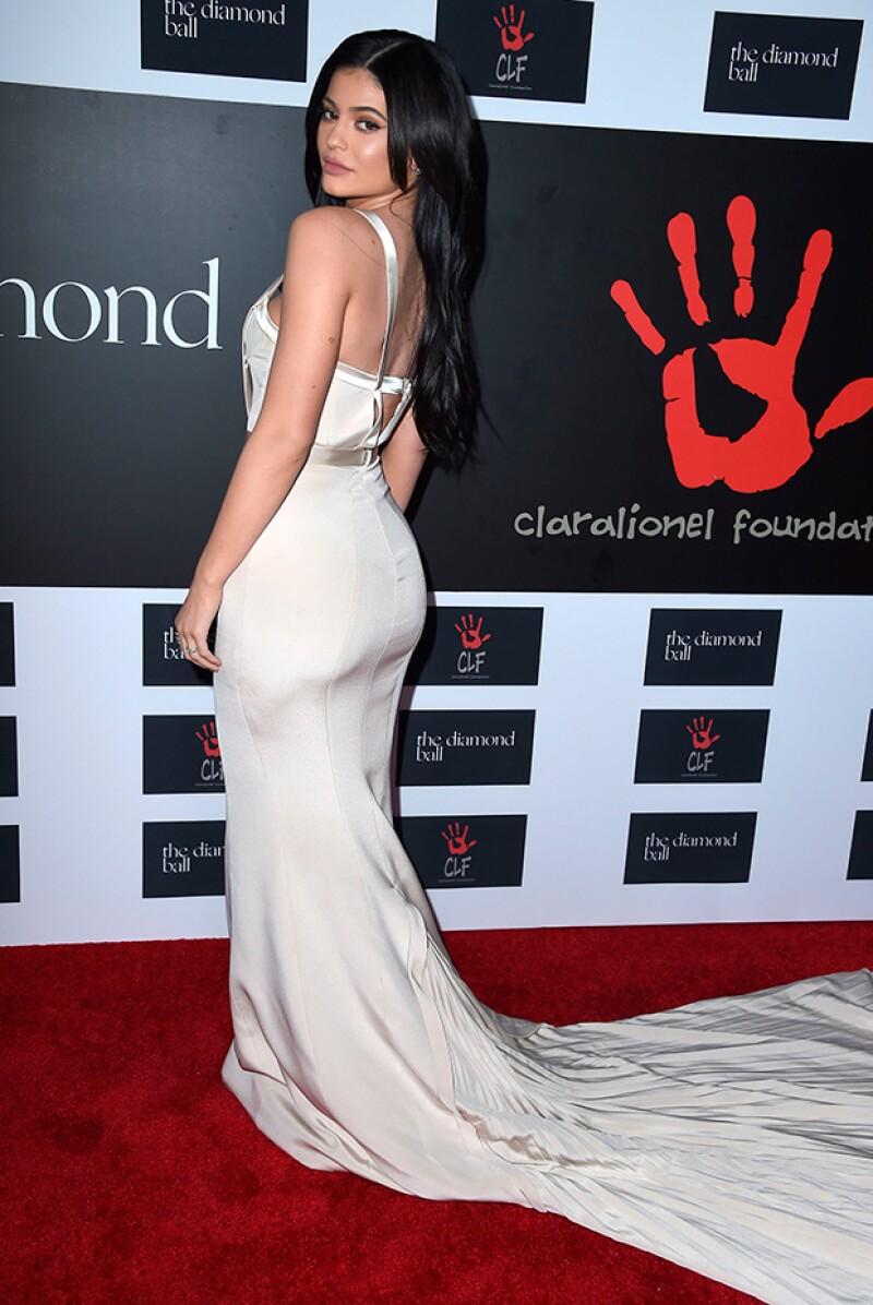 Kylie eligió un diseño en color crema que nos trajo a la mente la idea de una novia.