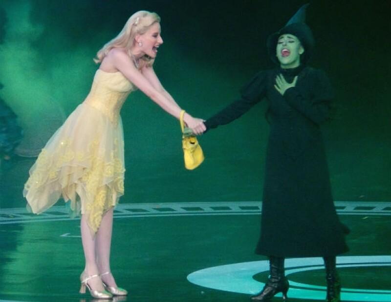 Cecilia de la Cueva y Danna Paola en el escenario del Auditorio Nacional.
