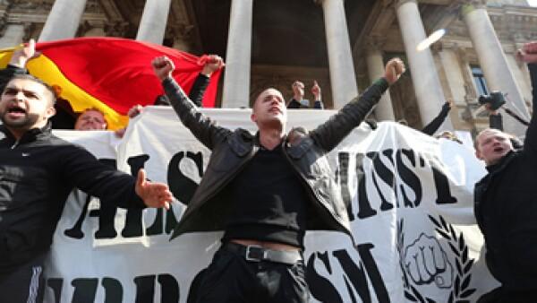 Los nacionalistas vistieron de negro, protestaron contra la migración y pisotearon las flores colocadas en el memorial (Foto: AFP)