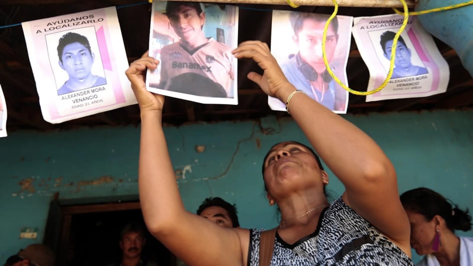 Fotos de Alexander Mora son colgadas afuera de su hogar en el Pericón, Guerrero, al sur de México