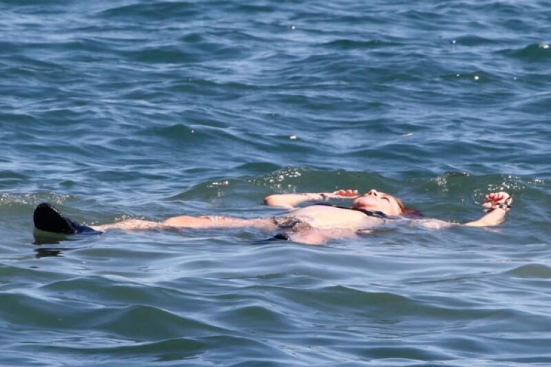 La cantante aprovechó para relajarse sobre el mar.