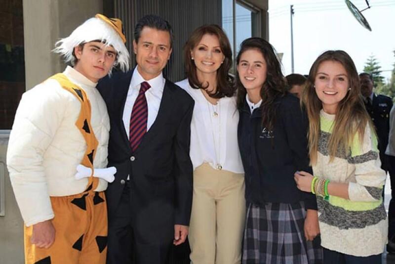 En mayo asistió a una presentación teatral del hijo de su esposo. En la imagen Alejandro, Enrique y Nicole Peña junto a Sofía Castro.