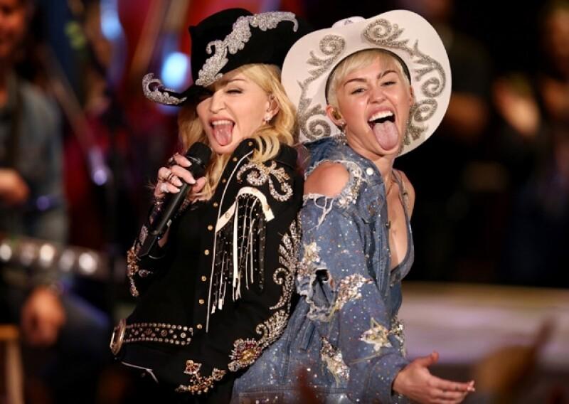 Ayer por la noche se transmitió en Estados Unidos el concierto acústico de Cyrus, motivo de emoción para la cantante, quien presumió en su Twitter la nalgada que le dio a Madonna en pleno show.