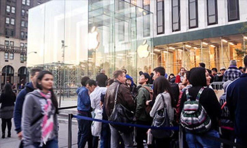 El iPhone 5S es más rápido que su predecesor y tiene mejoras en la cámara y el procesador. (Foto: Cortesía CNNMoney)