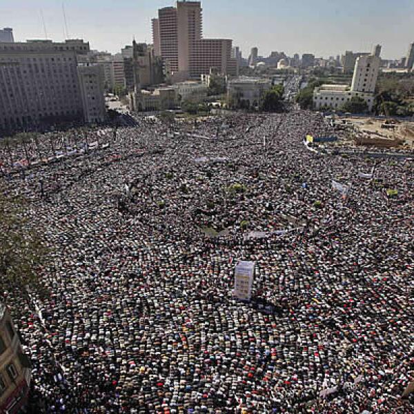 Miles de egipcios salen a las calles de su país para festejar la caída del presidente Hosni Mubarak, el 18 de febrero.