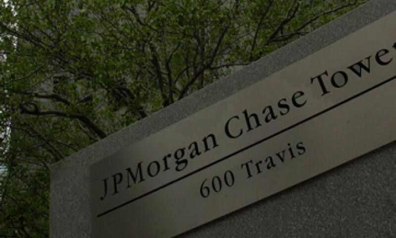 Este viernes, la agencia calificadora Fitch rebajó la nota crediticia de JPMorgan. (Foto: AP)