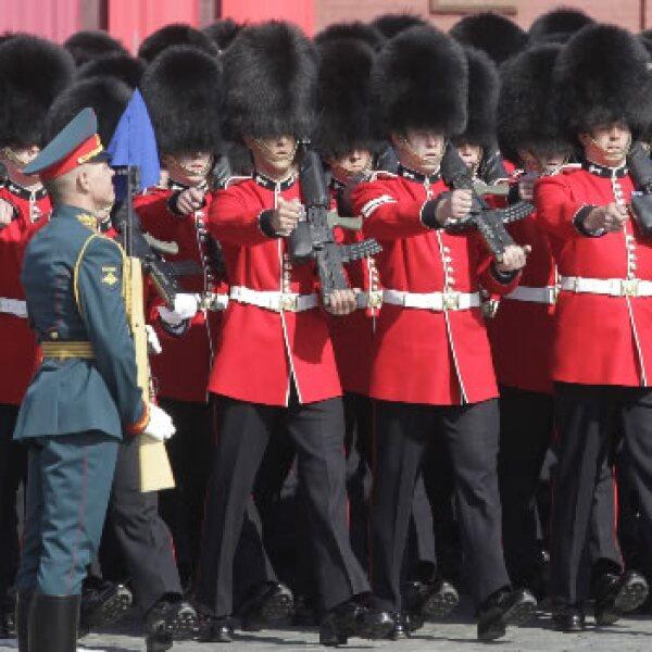 Soldados britanicos durante el desfile en la Plaza Roja