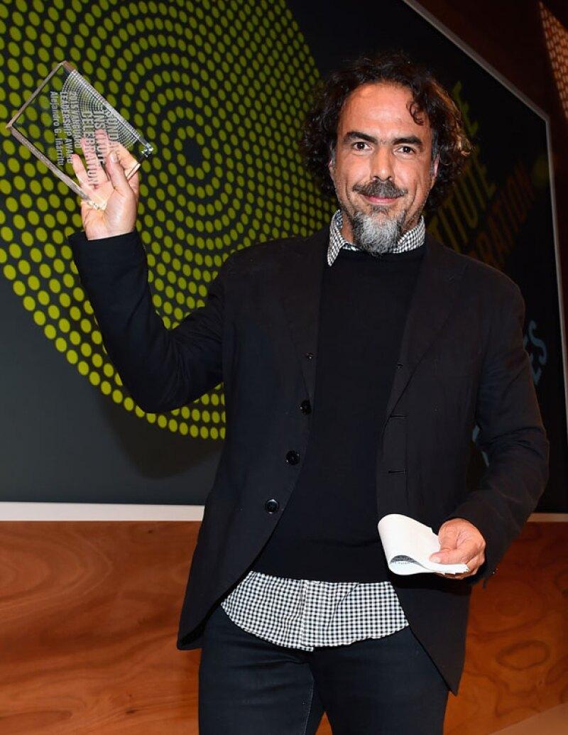 Alejandro, orgulloso, muestra su premio ante los medios.