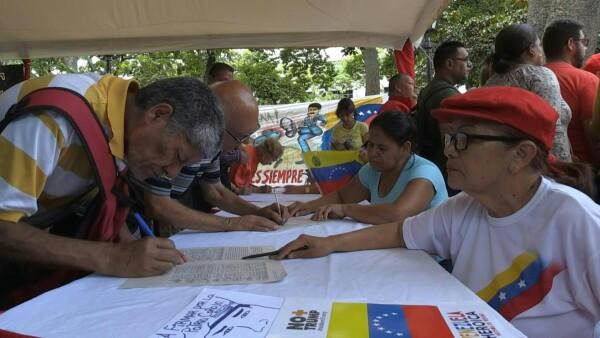 Chavistas salen a las calles y recolectan firmas para protestar contra EU