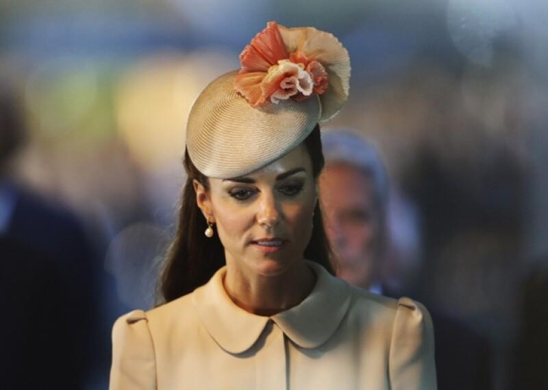 Una fuente dijo a la revista &#39Life&Style&#39 que la duquesa de Cambridge está segura que hay alguien en palacio que graba sus conversaciones con Guillermo para luego filtrarlas a la prensa.