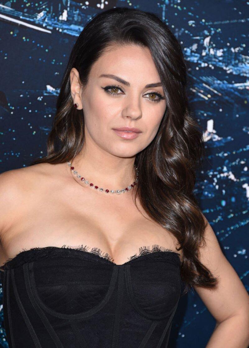 La actriz no dudó en mostrar un sexy escote para la premiere de Jupiter Ascending.
