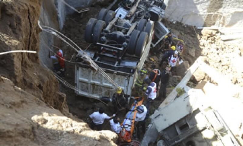El camión cayó desde una altura de 12 metros. (Foto: Cuartoscuro )