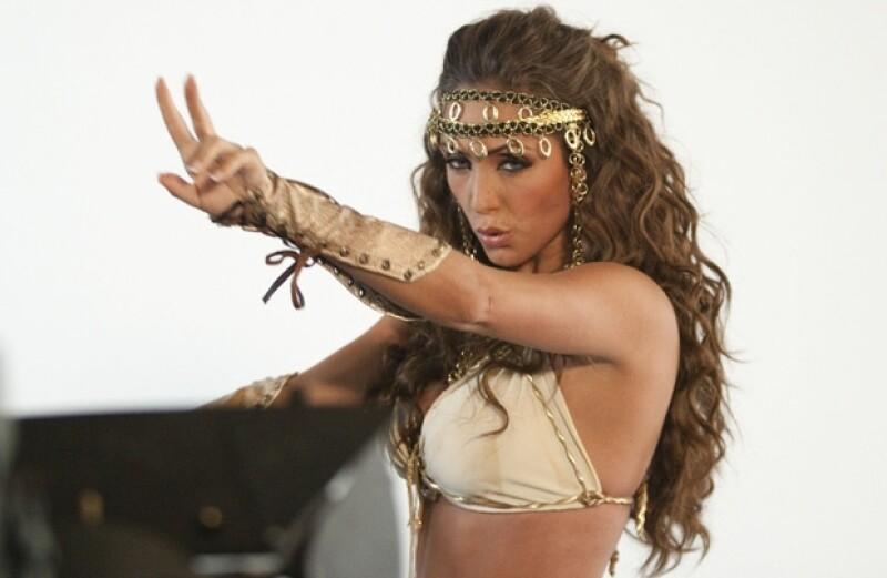 La cantante realizó en Woodland Hills, California, el clip de su nuevo sencillo y para el mismo, la joven artista lució muy sexy en un traje tipo árabe.