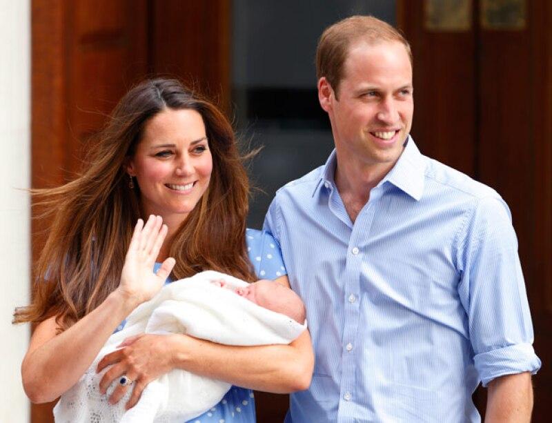El saludo de la princesa de Gales y de la duquesa de Cambridge a su salida del hospital.