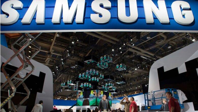 Los trabajadores construyen el stand que ocupará Samsung en el Consumer Electronic Show (CES) 2012.