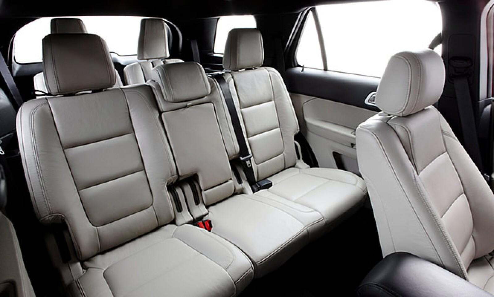 Ford implementa por primera vez en el mundo los primeros cinturones de seguridad inflables en la segunda hilera de asientos de la camioneta.