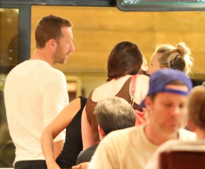 En el restaurante, la plática entre los dos famosos continuó como en la playa.