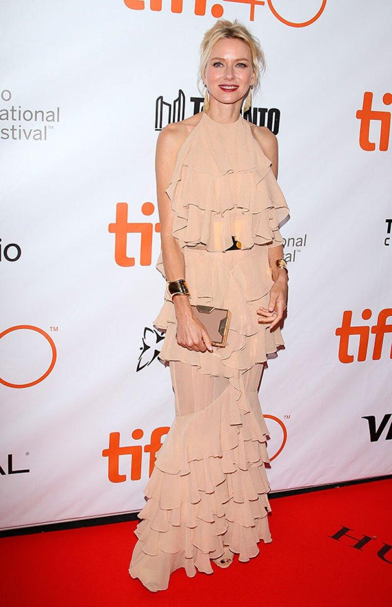 Naomi Watts escogió un vestido de grandes olanes para la red carpet del festival.