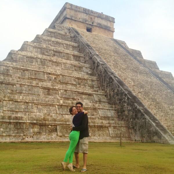 Claudia Lizaldi y Eamonn Sean Kneeland en Chichén Itzá
