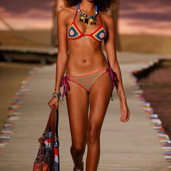 Bikini de crochet, tote rayada de patchwork y sneakers con estampado tropical.