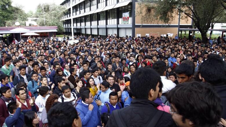 Cientos de estudiantes del IPN Zacatenco de cuatro escuelas nacionales de la institución realizan una asamblea para decidir si mantienen el paro de labores en rechazo a las  nuevas medidas del IPN.