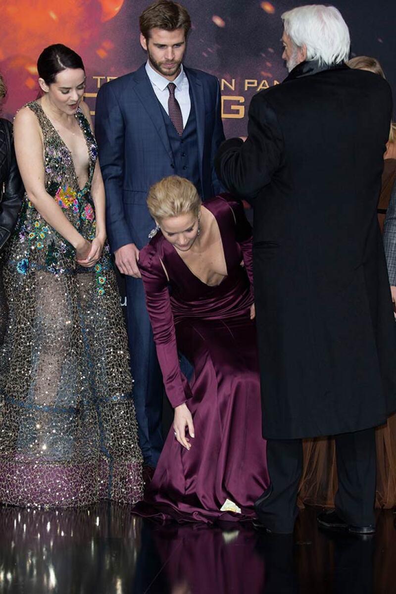 La actriz se agachó olvidando el gran escote que lucía.