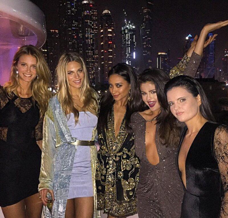 La cantante, quien hace unos días viajó a los Emiratos Árabes Unidos con Kendall Jenner y otras amigas, se encuentra celebrando por la llegada del 2015.
