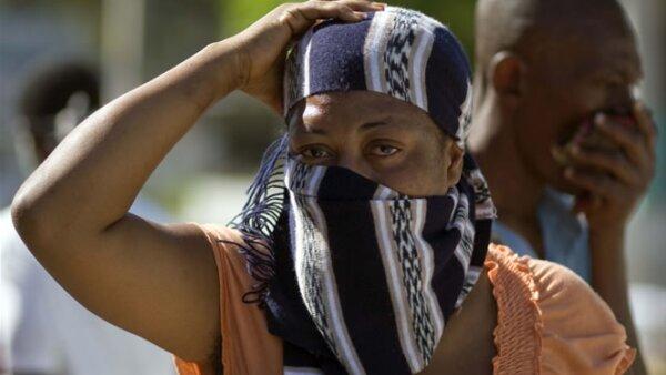 El mal olor de los cuerpos que permanecen aún en las calles obligó a los haitianos a cubrirse el rostro con pañuelos, algunos más usan pasta dental en las fosas nasales.