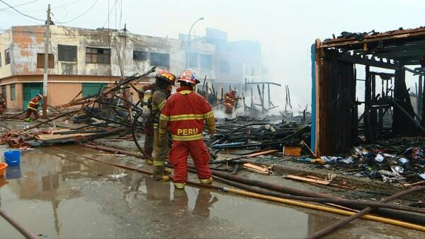 Previo a los Juegos Panamericanos, un incendio consume 200 casas en Lima, Perú