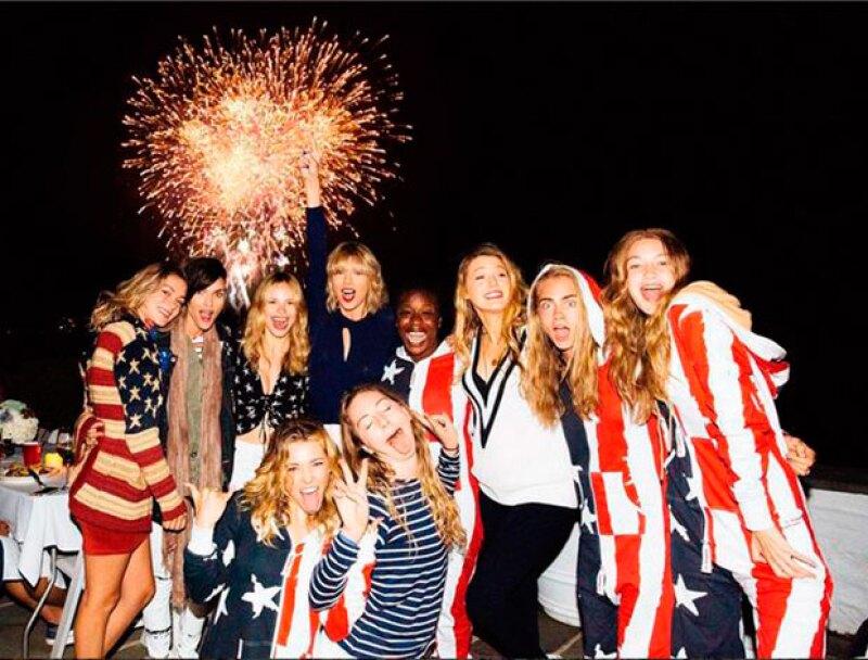 Taylor compartió esta fotografía de su grupo de amigas celebrando el 4 de julio.