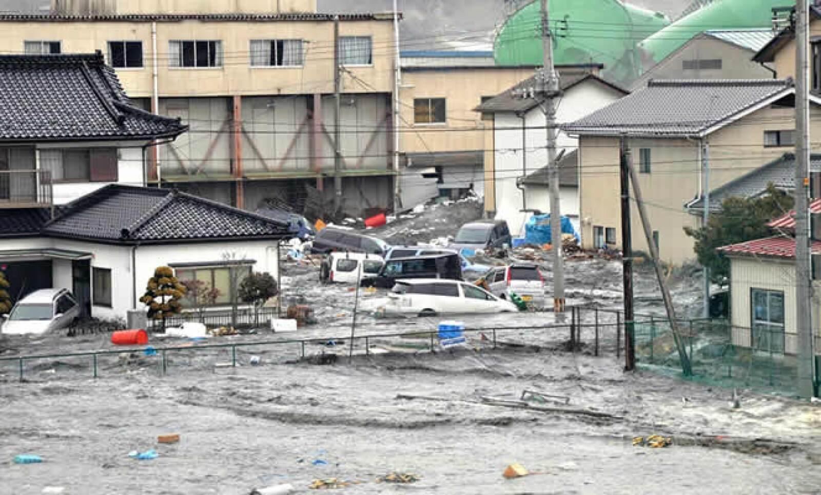 Calles inundadas después del tsunami en la ciudad de Kesennuma, en la región de Miyagi.