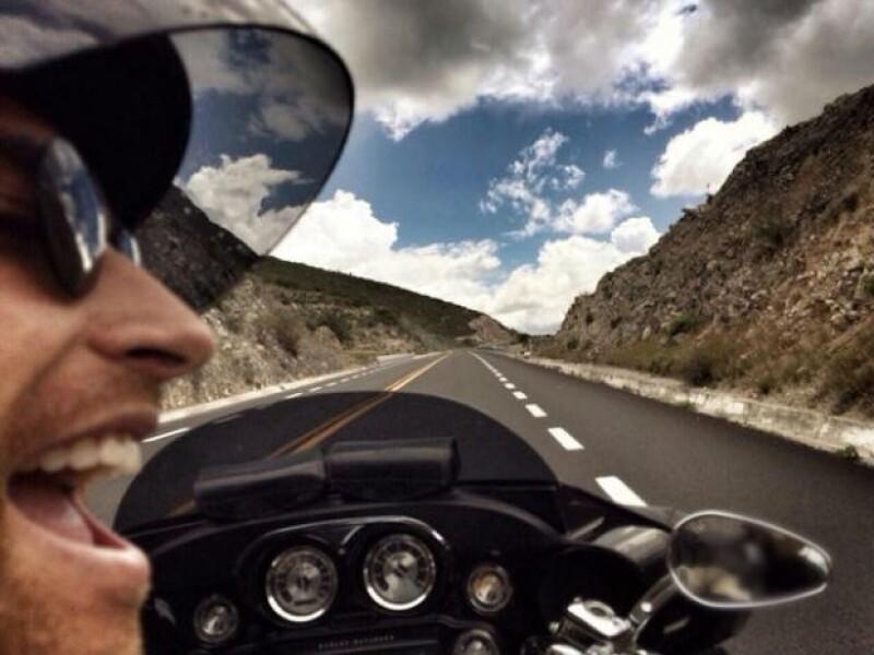 A toda velocidad, Sebastián disfrutando de la carretera en moto.