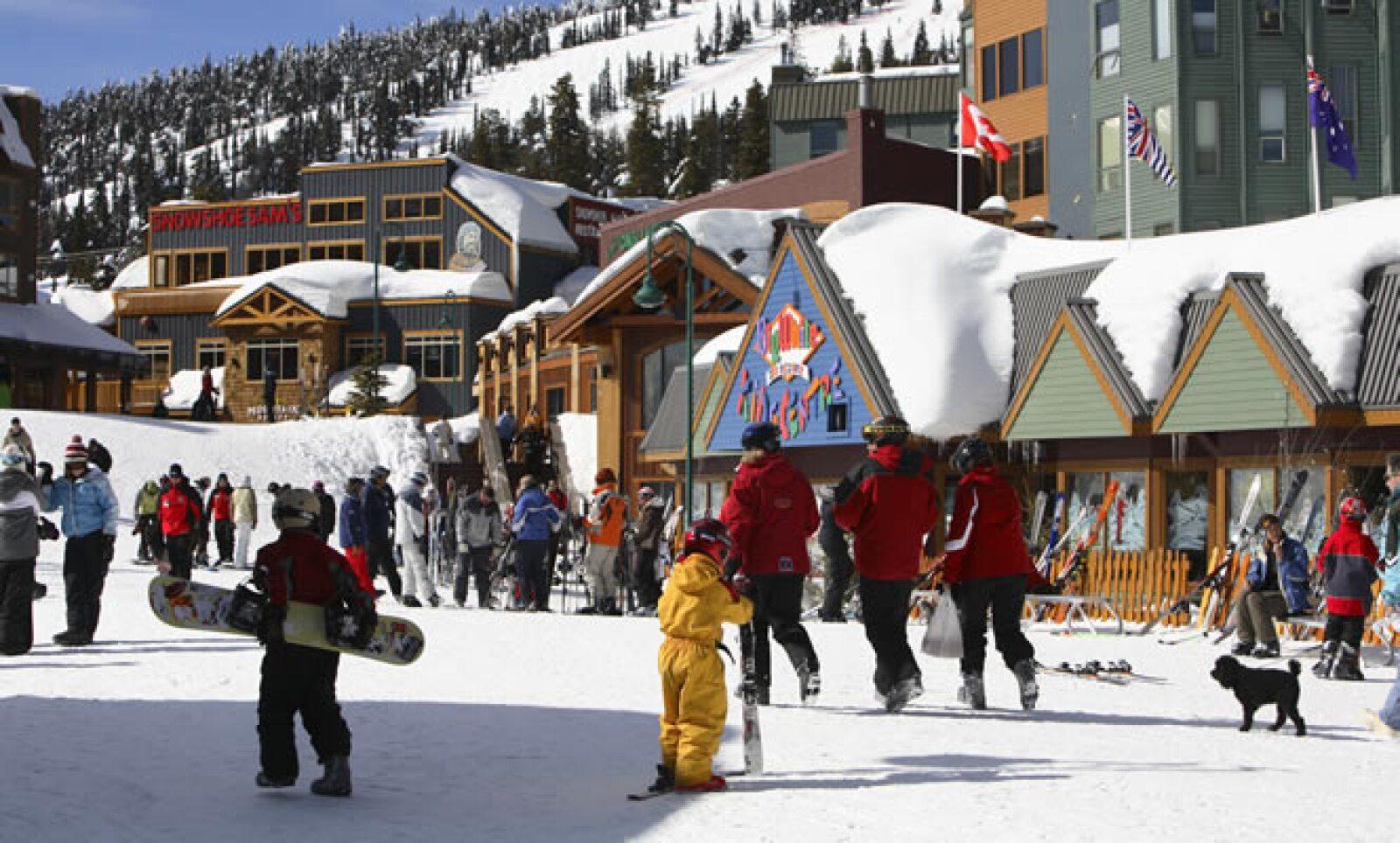 El frío no 'apaga' las ciudades de Canadá: en Québec, Montreal y Alberta, entre otras, siempre encontrarás restaurantes, discotecas y centros comerciales abiertos casi las 24 horas del día.