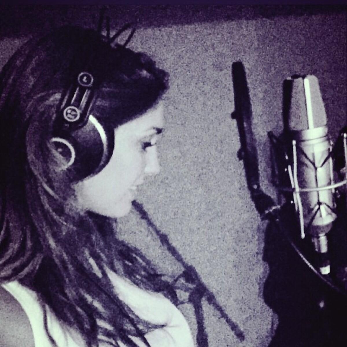 Anahí presume que vuelve al estudio de grabación
