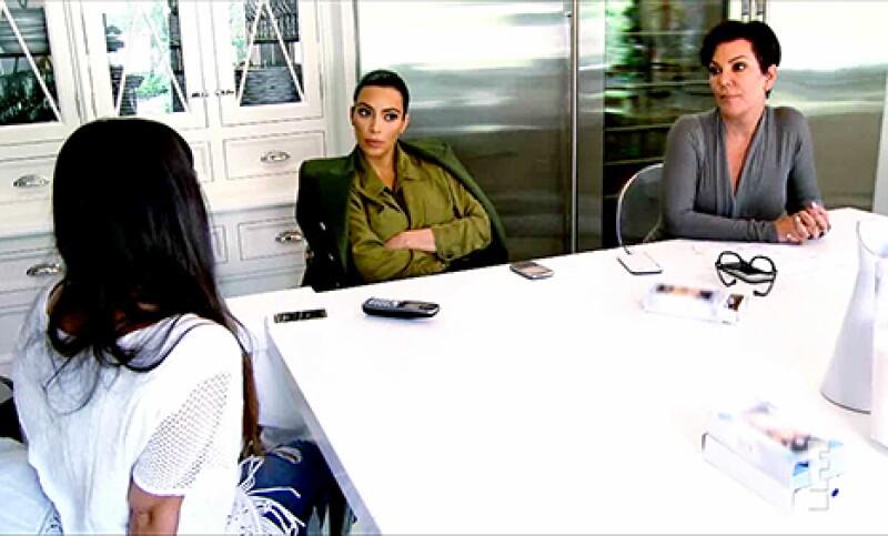 La momager discute con sus hijas Kim y Kourtney sobre el reciente comportamiento de Scott, argumentando que un tiempo en prisión le haría bien.
