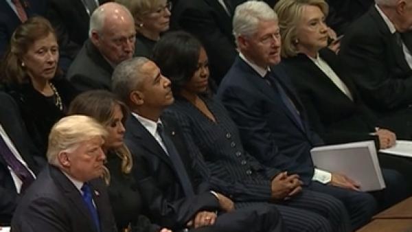 Así se vivió el incómodo encuentro entre Trump, los Obama y los Clinton